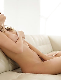 Big tit babe Alexis Adams gives her dripping snatch a hot..